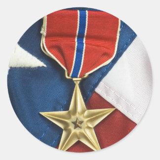 Bronzestern auf amerikanischer Flagge Runder Aufkleber