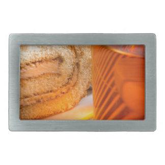 Brown-Schwammkuchen und Schale heißer Tee Rechteckige Gürtelschnallen