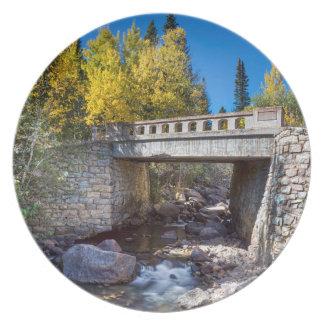 Brücke über Herbst-Wasser Teller