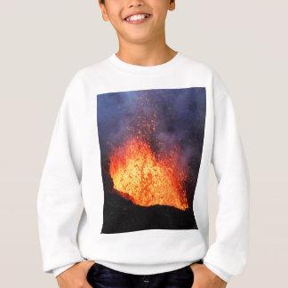 Brunnen der heißen Lava bricht aus Kratervulkan Sweatshirt
