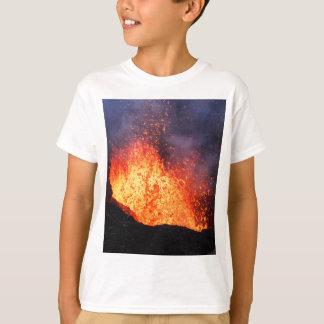 Brunnen der heißen Lava bricht aus Kratervulkan T-Shirt