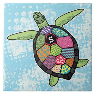 Bunte Patchwork-Muster-Monogramm-Meeresschildkröte Fliese