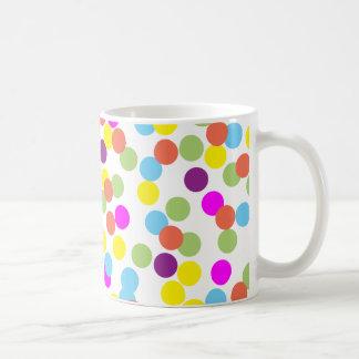 Bunte Polka-Punkte auf weißer Tasse