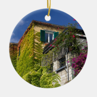 Buntes Blätter auf Haus Keramik Ornament