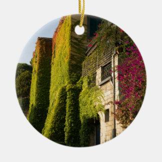 Buntes Blätter auf Hauswänden Keramik Ornament