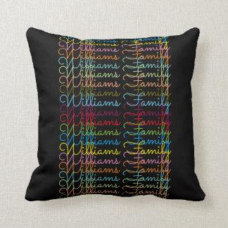 buntes Familienname-Typografieschwarzes Kissen