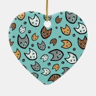 Buntes Katzen-und Tatzen-Muster auf aquamarinem Keramik Herz-Ornament