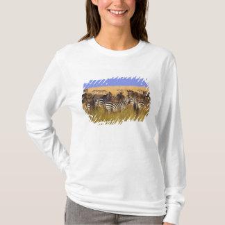 Burchells Zebras und Wildebeest im hohen Sommer T-Shirt