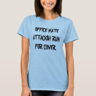 BÜRO-KAMERAD-ANGRIFFE!! LAUFEN SIE FÜR ABDECKUNG T-Shirt