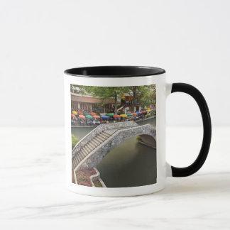 Café im Freienentlang Flussweg und -brücke über 2 Tasse