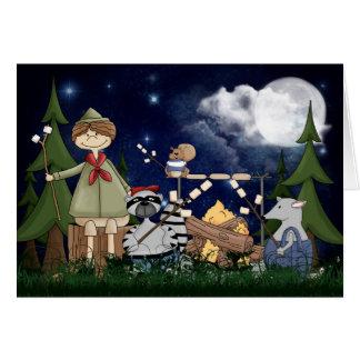 Campings-Pfadfinder-Junge mit Raccoon und Opossum Karte