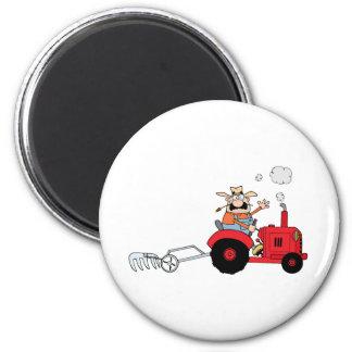 Cartoon-Bauer, der einen roten Traktor fährt Runder Magnet 5,7 Cm