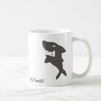 Cartoon-Haifisch mit Nahrung in den Zähnen Tasse