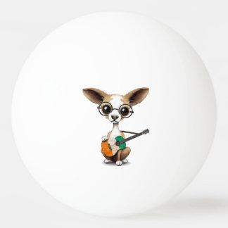 Chihuahua-Hündchen, das die Elfenbeinküste-Gitarre Tischtennis Ball