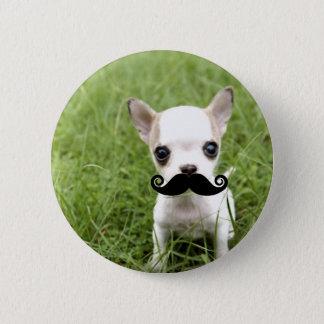 Chihuahua mit dem lustigen Schnurrbart im Garten Runder Button 5,1 Cm