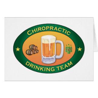 Chiropraktik-trinkendes Team Karte