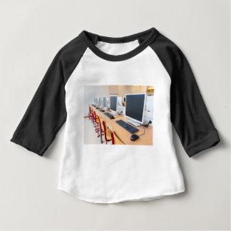 Computer im Klassenzimmer auf Highschool Baby T-shirt