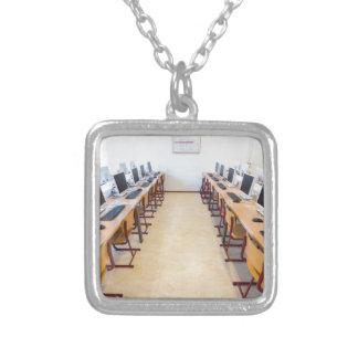 Computer im Klassenzimmer der niederländischen Halskette Mit Quadratischem Anhänger