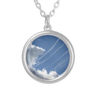 Contrails der Flugzeuge und der Wolken im Himmel Versilberte Kette