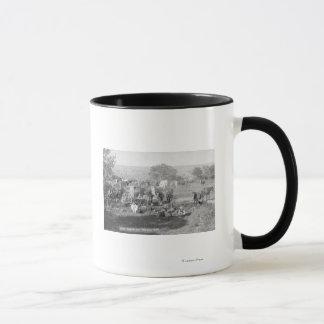 Cowboys, die um eine Campingplatz-Fotografie essen Tasse