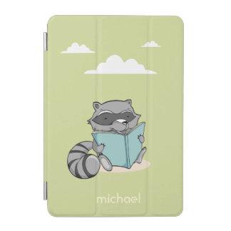 Cute Schar raccoon reading zu book. Green case. iPad Mini Hülle