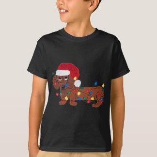Dackel verwirrt in den Weihnachtslichtern (rot) T-Shirt