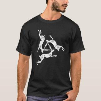 Das dunkle T-Stück dreifacher Hasen Triskele T-Shirt