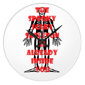 Das gespenstische beängstigende Skelett ist Große Wanduhr