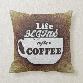 Das Leben fängt nach Kaffee-Kissen an Kissen