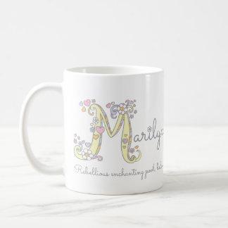 Dekorativer Name Marilyn-Buchstaben M mit der Kaffeetasse