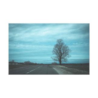 Der Baum durch die Straße Leinwanddruck