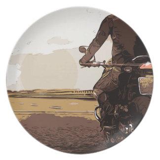 Der Motorradfahrer, ein Radfahrer auf der Straße Teller