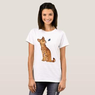Der Serval und der Schmetterling T-Shirt