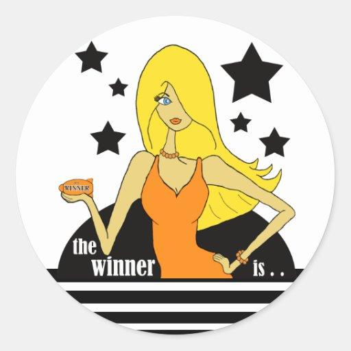 Der Sieger ist in einem orange Kleid Runder Aufkleber