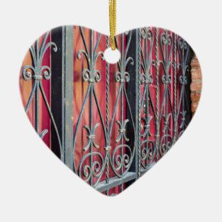 Detail eines alten Gebäude mit einem Eisenzaun Keramik Herz-Ornament
