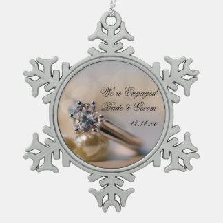 Diamant-Ring und Perlen-Verlobung Schneeflocken Zinn-Ornament