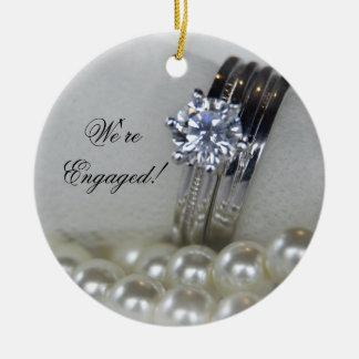 Diamant-Ring-und Weiß-Perlen-Verlobung Keramik Ornament