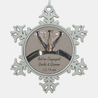 Diamant-Verlobungs-Ring auf Grau Schneeflocken Zinn-Ornament