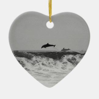 Die Delphine springend durch Wellen in Schwarzem Keramik Herz-Ornament