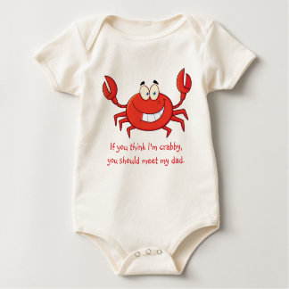 Die kleine Krabbe des Vatis Strampelanzug