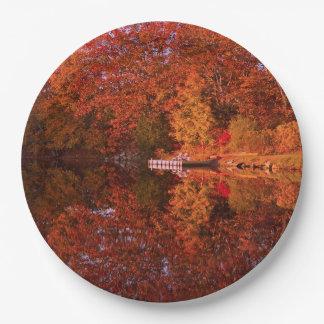 Die Reflexion des Herbstes Pappteller