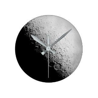 Die runde Wanduhr des Mond- 