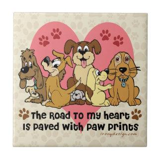 Die Straße zu meinen Herz-Hundetatzen-Drucken Keramikfliese