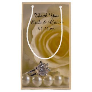 Die weiße Wedding Rose, der Ring und die Perlen Kleine Geschenktüte