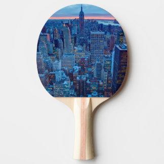 Die Wolkenkratzer von Manhattan werden beleuchtet Tischtennis Schläger