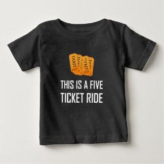 Dieses ist eine fünf Karten-Fahrt Baby T-shirt