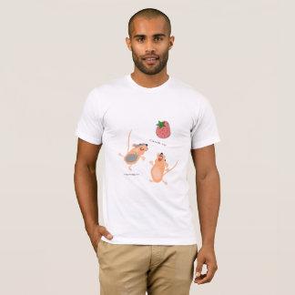Doppelmäuse, die eine Erdbeere fangen T-Shirt
