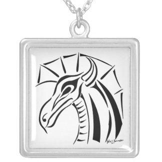 Drache-Quadrat-Halskette mit Haube Versilberte Kette