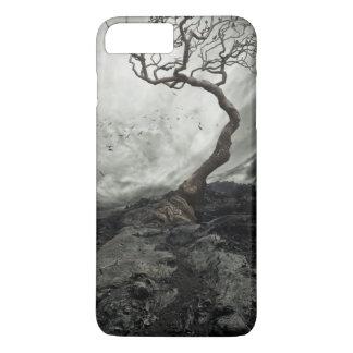 Drastischer Himmel über altem einsamem Baum iPhone 8 Plus/7 Plus Hülle
