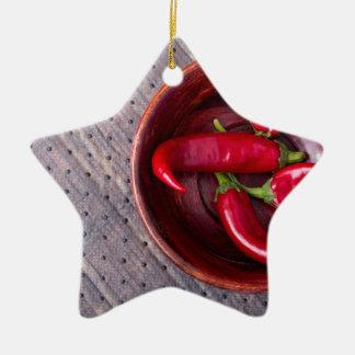 Draufsicht der heißen roten Chili-Paprikaschoten Keramik Stern-Ornament